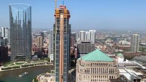 包围芝加哥河包括工地工作的都市风景的鸟瞰图 股票录像