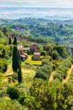 包围蒙特普齐亚诺的中世纪镇乡下的看法在托斯卡纳,意大利 库存照片