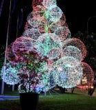 包括大发光的球的人为圣诞树 新年街道装饰 欢乐装饰 免版税库存图片