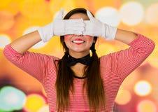 包括她的眼睛的逗人喜爱的女孩小丑笑剧特写镜头画象  免版税库存照片