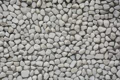 包括小小卵石的石wallTexture埋置在水泥 背景 库存照片
