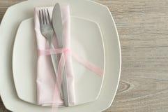 包括板材、刀子、叉子和餐巾的餐位餐具 免版税库存图片