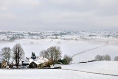 包括的农舍小山小的雪 免版税库存图片