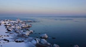 包括的冰岸石头主管 免版税库存图片