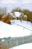 包括的山坡豪宅雪 免版税库存图片