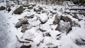 包括的岩石雪 库存照片