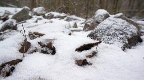 包括的岩石雪 免版税库存图片