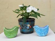 包括花和五颜六色的鸟设计 免版税库存照片