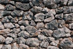包括被堆积的自然地形状的宽松岩石-背景样式的老石墙 图库摄影