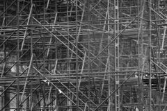 包括许多杆和高视阔步在一个历史建筑里面的复杂的脚手架,黑白 免版税库存图片