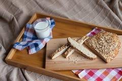 包括面包和牛奶的早餐 库存图片