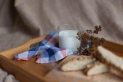 包括面包和牛奶的早餐 免版税库存照片