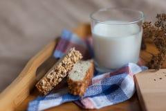 包括面包和牛奶的早餐 库存照片