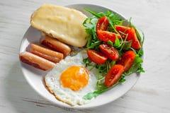 包括鸡蛋、香肠、沙拉和多士的早餐 免版税图库摄影
