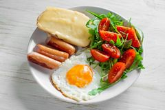 包括鸡蛋、香肠、沙拉和多士的早餐 图库摄影
