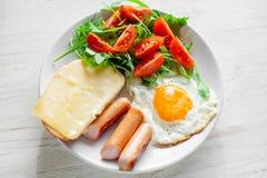 包括鸡蛋、香肠、沙拉和多士的早餐 库存照片