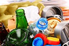 包括玻璃、塑料、金属和纸的可再循环的垃圾 库存图片