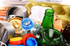 包括玻璃、塑料、金属和纸的可再循环的垃圾 免版税库存图片