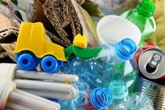 包括玻璃、塑料、金属和纸的可再循环的垃圾 免版税库存照片