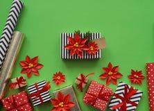 包装一件新年` s礼物 绿色背景 许多箱礼物,栓与丝带 颜色是金子、绿色、红色、黄色和k 图库摄影