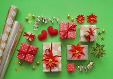 包装一件新年` s礼物 绿色背景 许多箱礼物,栓与丝带 颜色是金子、绿色、红色、黄色和k 库存照片