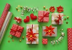 包装一件新年` s礼物 绿色背景 许多箱礼物,栓与丝带 颜色是金子、绿色、红色、黄色和k 免版税图库摄影