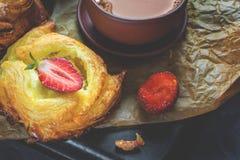 包装乳酪油酥点心,家庭欧洲 茶的家庭制造的小圆面包 库存图片