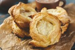 包装乳酪油酥点心,家庭欧洲 茶的家庭制造的小圆面包 免版税库存照片
