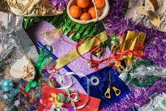 包装圣诞节节日礼物的过程 包装纸,丝带,圣诞节装饰 在视图之上 库存照片