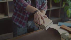 包装在纸板箱包裹的男性手产品在小零售店 股票视频
