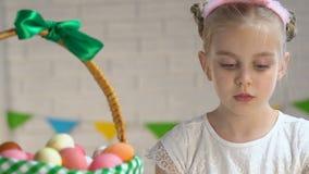 包装复活节篮子用五颜六色的被洗染的鸡蛋的可爱的矮小的女主人,传统 股票录像
