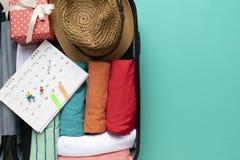 包装有日历的一件行李一次新的旅途和旅行的 免版税库存照片