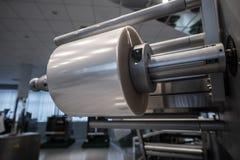 包装的产品的机器在塑料 免版税图库摄影