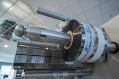 包装的产品的机器在塑料 免版税库存图片