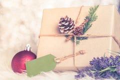 包装纸工艺在有标签标记的当前箱子翘曲了装饰 库存图片