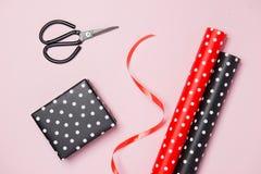 包装节日礼物为华伦泰在桃红色背景的` s天 图库摄影