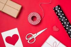 包装节日礼物为华伦泰在红色背景的` s天 库存照片