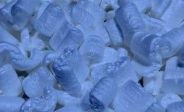 包装蓝色花生和泡影组装的积土 免版税库存图片