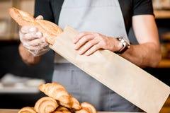 包装面包到纸袋里 免版税库存照片