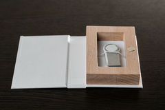 包装USB驱动的 有-棍子摄影师的箱子 在黑暗的背景的木箱 库存照片