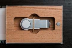 包装USB驱动的 有-棍子摄影师的箱子 在黑暗的背景的木箱 免版税库存图片