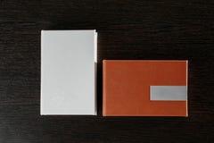 包装USB驱动的 有usb的木箱在黑暗的木背景黏附 免版税库存照片