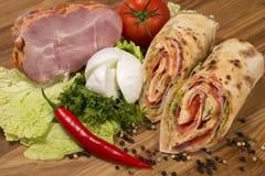 包裹三明治用火腿、蕃茄和无盐干酪 免版税库存照片