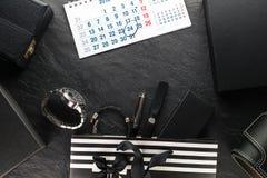 包裹与一把黑弓和与礼物和时钟,各种各样的箱子,日历 免版税库存图片