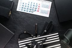 包裹与一把黑弓和与礼物,不同的箱子,日历 免版税库存图片