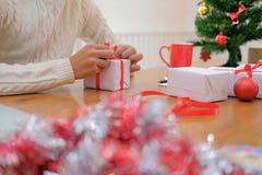 包裹圣诞礼物当前箱子的人 xmas新年假日c 库存照片