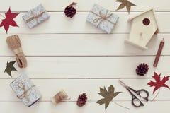 包裹在木桌的圣诞节礼物 库存照片