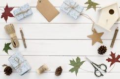 包裹在木桌的圣诞节礼物 图库摄影