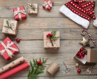 包裹在木背景的圣诞节礼物,圣诞节礼物 免版税库存照片