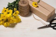 包裹在木背景的花礼物 与拷贝的顶视图 图库摄影